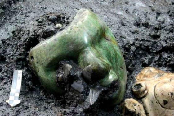 Mascara de piedra verde