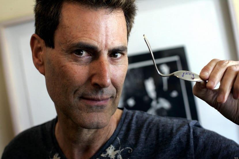 Israeli magician Uri Geller holds a spoo